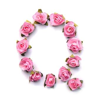 Letra q do alfabeto inglês de rosas na superfície branca
