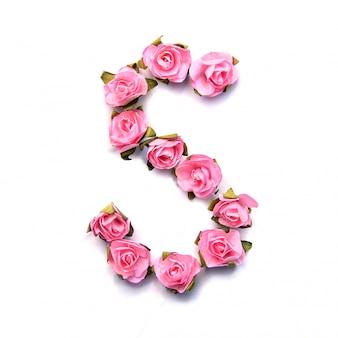 Letra s do alfabeto inglês de rosas na superfície branca