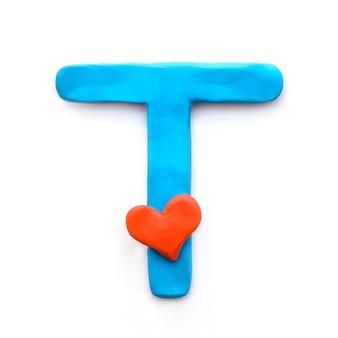 Letra t do alfabeto inglês de plasticina azul com coração vermelho significando amor