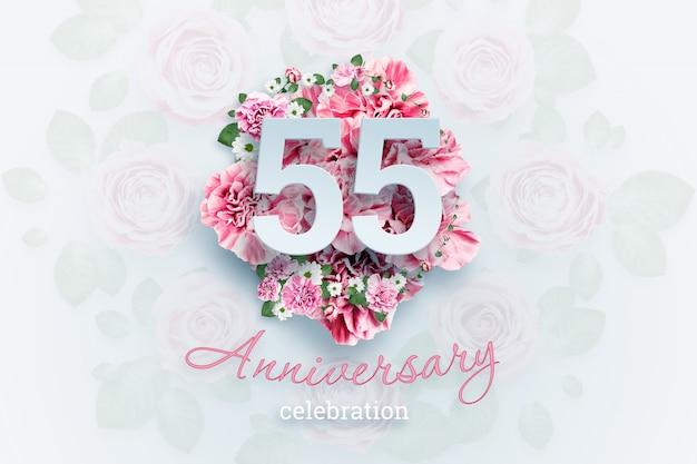 Letras 55 números e texto de celebração de aniversário em flores cor de rosa.