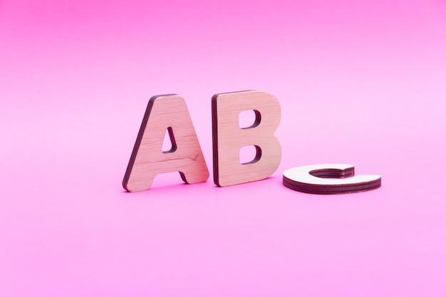 Letras abc em fundo rosa