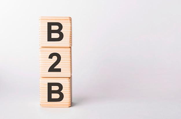 Letras b2b de blocos de madeira em forma de pilar em branco