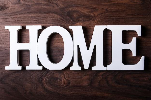 Letras brancas com a palavra casa