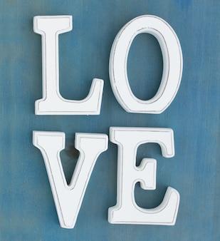 Letras brancas de amor em fundo azul de madeira