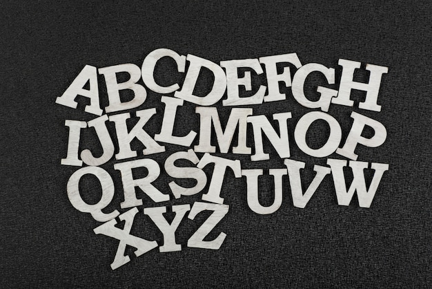 Letras brancas sobre fundo preto