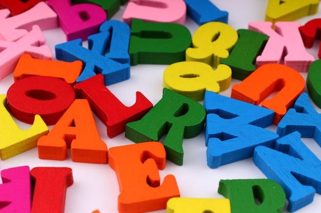 Letras coloridas fechadas, que simbolizam conhecimento e aprendizagem