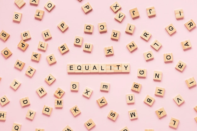 Letras coloridas igualdade feitas de scrabble