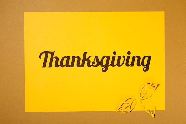 Letras de ação de graças com folhetos amarelos