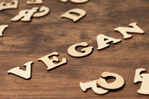 Letras de alto ângulo compondo a palavra vegana