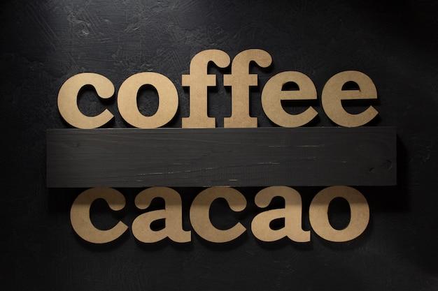 Letras de café e cacau na superfície preta