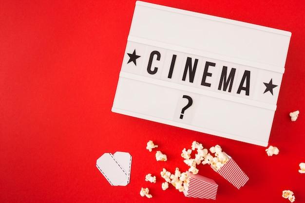 Letras de cinema em fundo vermelho, com espaço de cópia