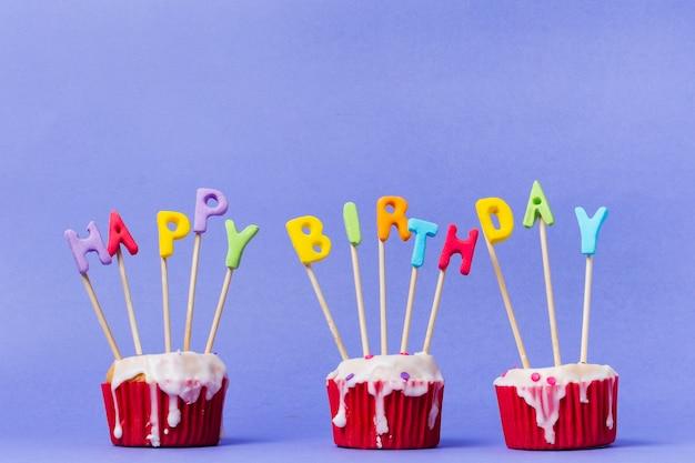 Letras de feliz aniversário em cupcakes