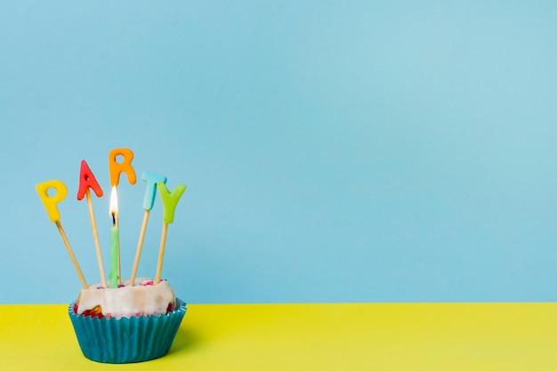 Letras de festa em cupcake com espaço de cópia