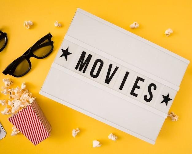 Letras de filmes em fundo amarelo
