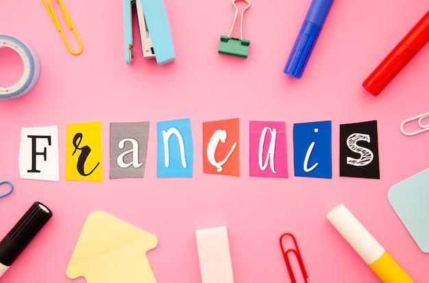Letras de francais em fundo rosa