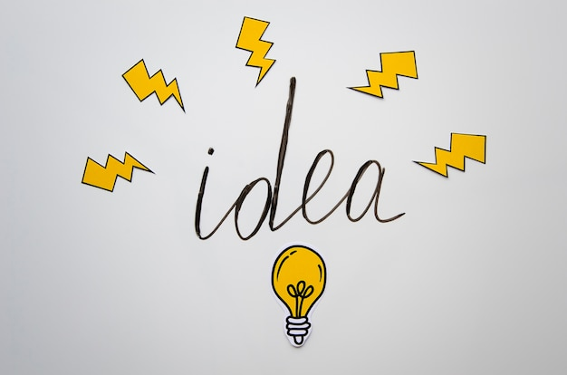 Letras de ideia com lanternas e bulbo