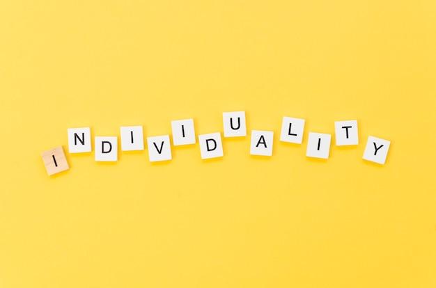 Letras de individualidade feitas com cubos de madeira