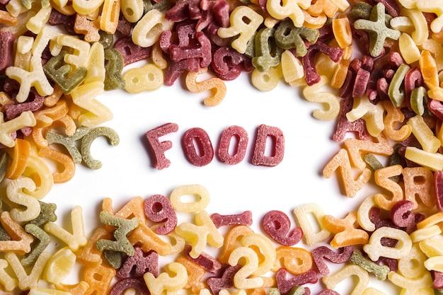 Letras de macarrão com palavra de comida