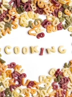 Letras de macarrão com palavra de cozinha