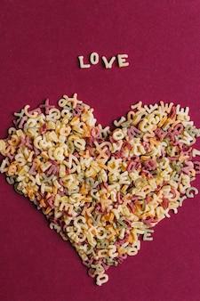 Letras de macarrão em forma de coração