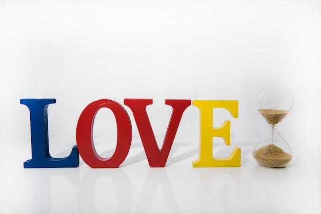 Letras de madeira coloridas amor sobre fundo branco.