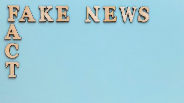 Letras de madeira com notícias falsas