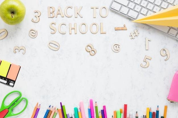 Letras de madeira dizendo de volta à escola