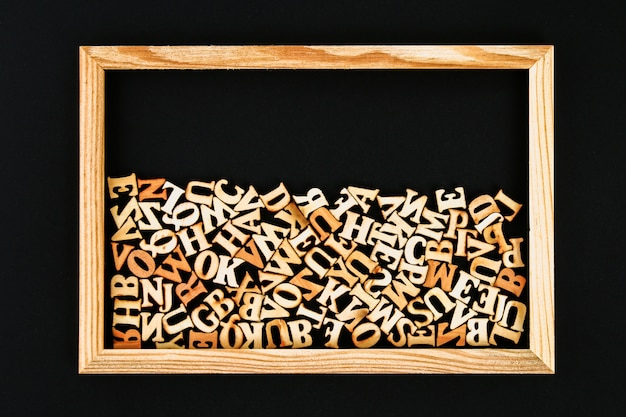 Letras de madeira em um frame de madeira em um quadro. o conceito de leitura, conhecimento, estudo.