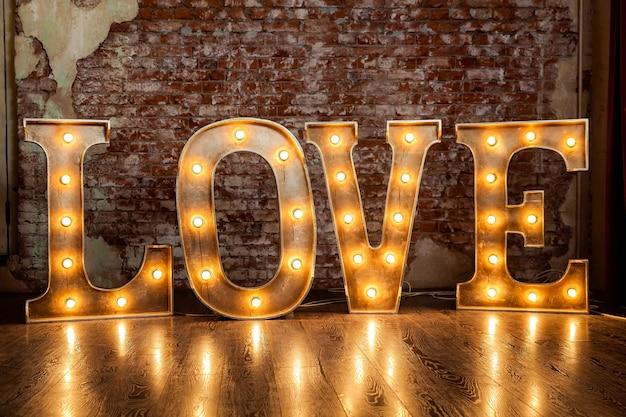 Letras de metal com lâmpadas pequenas, letras de amor iluminadas com lâmpadas