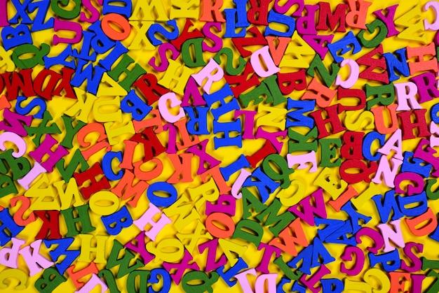 Letras de superfície de superfície de madeira multicoloridas