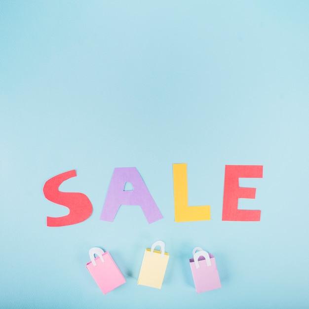 Letras de venda de papel em fundo azul