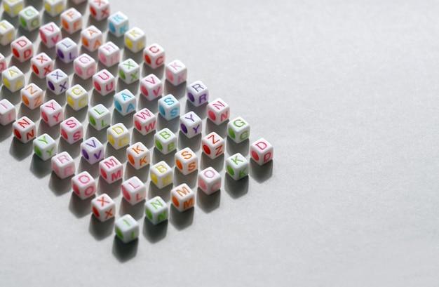 Letras do alfabeto cubo contas em fundo cinza