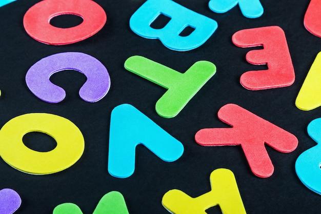 Letras do alfabeto em cores diferentes