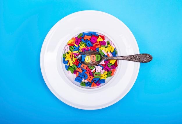 Letras do alfabeto inglês em um prato redondo branco