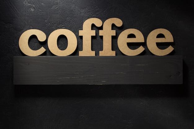 Letras do texto do café na superfície preta
