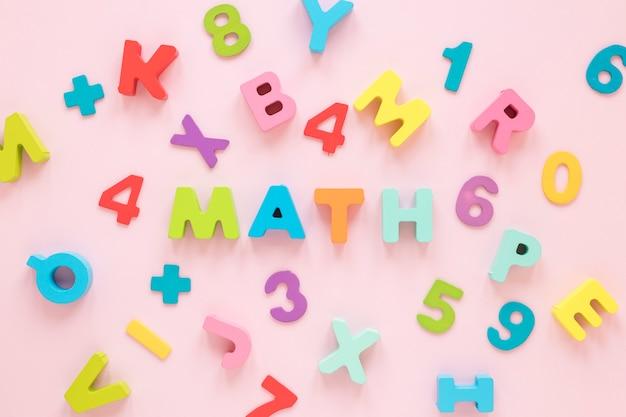 Letras e números coloridos de matemática vista superior