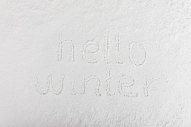 Letras escritas na superfície da neve