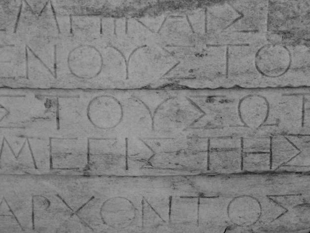 Letras gregas em ruínas antigas em atenas na grécia