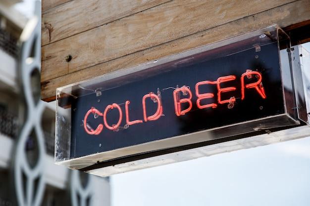 Letras iluminadas cerveja gelada. sinal de rua