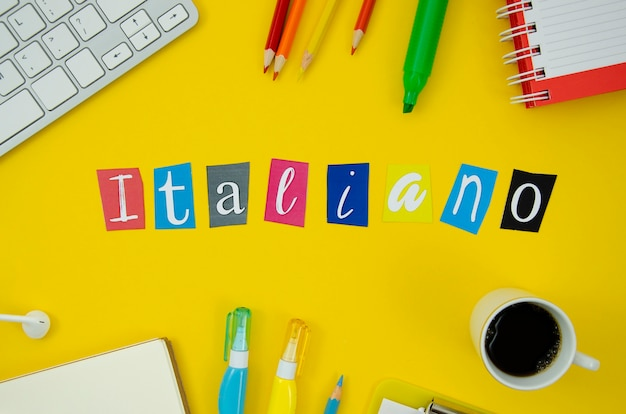 Letras italianas em fundo amarelo