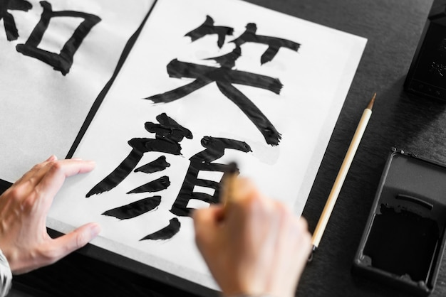 Letras pintadas à mão em close Foto Premium