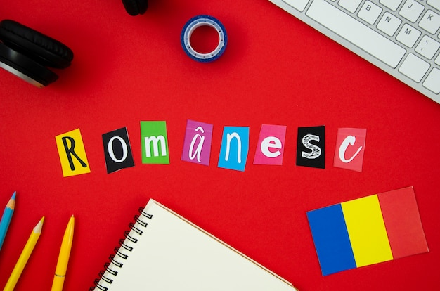 Letras romenas em fundo vermelho