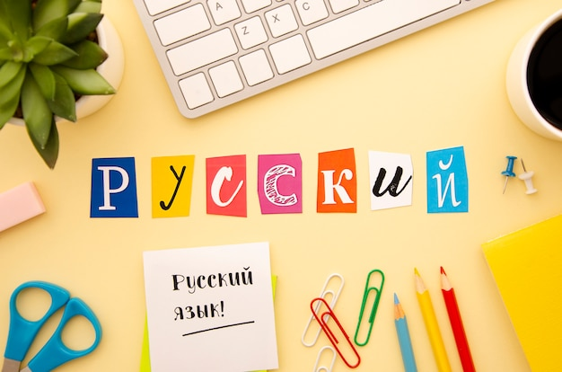Letras russas em fundo de mesa
