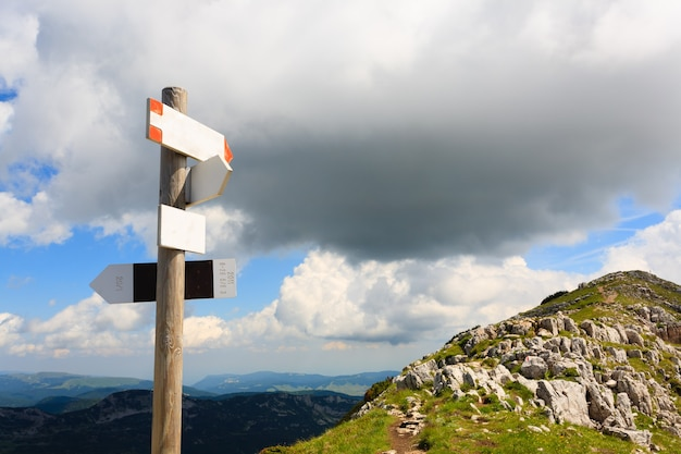 Letreiro ao longo de uma trilha de caminhada na montanha, panorama italiano, alpes