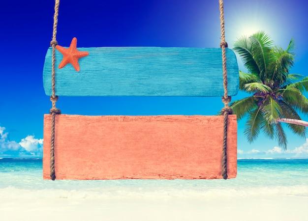 Letreiro de madeira colorido pendurado em uma praia tropical