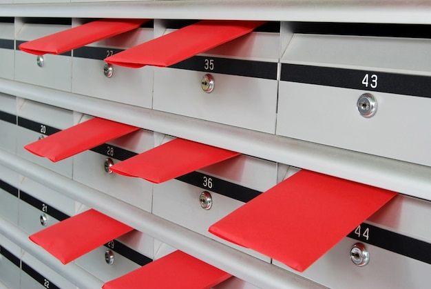 Letterboxes com envelopes vermelhos