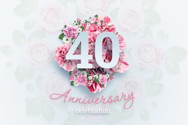 Lettering 40 números e texto de comemoração de aniversário em flores cor de rosa.