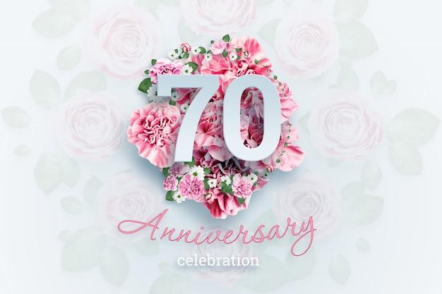 Lettering 70 números e texto de comemoração de aniversário em flores cor de rosa.