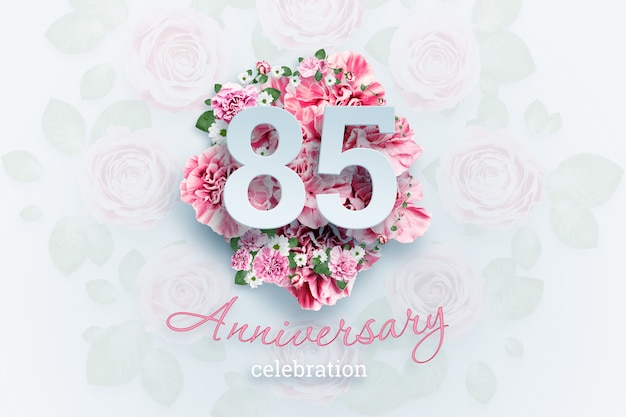 Lettering 85 números e texto de comemoração de aniversário em flores cor de rosa.