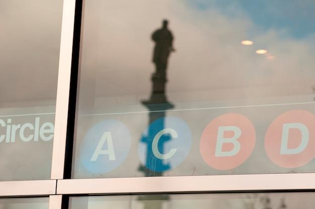 Lettering em uma janela em manhattan, new york city, eua